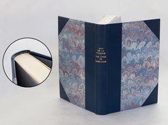 Reliure traditionnelle à coins, cuir de buffle bleu, papier de Marie-Anne Hamaide, tranchefile brodée main.  © Atelier Livrasphère