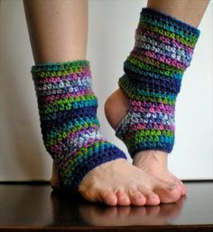 Maybe Madhavi can make me a pair? PATTERN Short Warmers Easy Crochet PDF Leg Warmers by swellamy Crochet Boot Cuffs, Crochet Leg Warmers, Crochet Boots, Crochet Slippers, Crochet Clothes, Guêtres Au Crochet, Crochet Gratis, Crochet Basics, Free Crochet