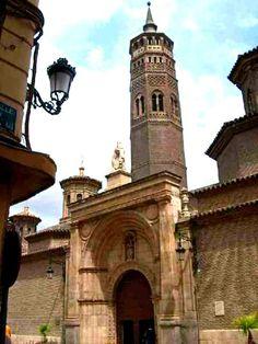 Iglesia de San Pablo, fachada principal y torre mudéjar, Zaragoza España.