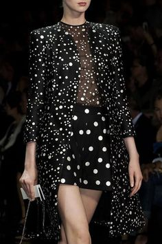 dress-this-way: Armani Prive' Haute Couture Fall Bonjour,nous sommes Katarina et Violeta. White Fashion, Love Fashion, Fashion Show, Fashion Images, Style Fashion, Luxury Fashion, Armani Prive, Couture Fashion, Runway Fashion