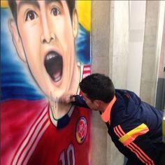 James @jamesrodriguez10 firmando su imagen Arte que hizo #Manchas en el Campín #MaoNovoa #idrd Grs #seleccioncolombia Fifa, Ronald Mcdonald, Humor, World, Fictional Characters, Stains, Cheer, The World, Ha Ha