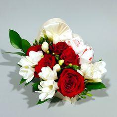 Flower Arrangements, Floral Wreath, Wreaths, Gifts, Raffaello, Floral Arrangements, Floral Crown, Presents, Door Wreaths