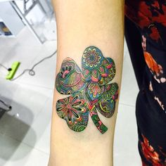 Wish to know extra about clover tattoos ? Try our article on symbology and references with photographs: There's a distinction between Clover and four-leafed. Whereas the previous grows so simply in moist soils Tattoo Fixes, 4 Tattoo, Body Art Tattoos, Small Tattoos, Sleeve Tattoos, Cool Tattoos, Shamrock Tattoos, Modern Tattoos, Nordic Tattoo