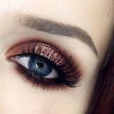 Coppery glitter halo eye emoji️ @katvondbeauty Monarch Palette, @litcosmetics Oprah glitter, @eylureofficial @vegas_nay Shining Star lashes, @anastasiabeverlyhills @norvina Taupe Dipbrow