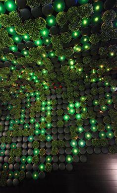 The greenhouse Nightclub interior.  Ésta obra arquitectónica se pretende utiilizar como referente debido a que se puede tomar como una representación de la interacción entre naturaleza( circulos verdes de material parecido al césped )  y progreso ( luces verdes).