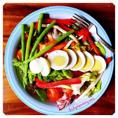Low-carb lunch idea: Mesclun Salad with Sriracha Mayo Dressing http://budgetpantry.com/mesclun-salad-with-sriracha-mayo-dressing/