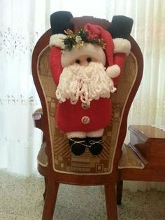 Forro de silla de santa   Navidad motivos.   Pinterest Merry Christmas Everybody, Merry Xmas, Country Christmas, Christmas Fun, Felt Christmas Decorations, Christmas Ornaments, Christmas Chair Covers, Handmade Christmas, Holiday Crafts