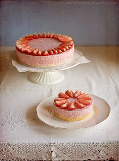 Tarta con una capa de queso y otra de mousse de fresas, llamativa y primaveral