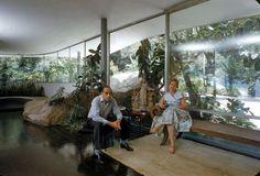 """Oscar Niemeyer y Esposa en Casa """"Das Canoas"""", Río de Janeiro, Brasil / Arq. Oscar Niemeyer."""