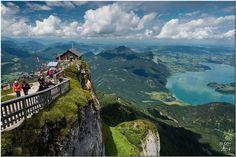Der Schafberg und der Wolfgangsee, Österreich. Dieser Berg (1782 m ü. A.) ist ein markanter Berg der Salzkammergut-Berge in der Grenzregion von Salzburg und Oberösterreich Zahnradbahn auf den Schafberg, Salzbug, Österreich. Die steilste Dampf-Zahnradbahn Österreichs führt seit 1893 von St. Wolfgang auf den Schafberg. In 40 Minuten überwindet sie 1190 Höhenmeter und 5,85 km. - Die Dampfloks zählen zu den ältesten der Welt.
