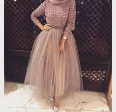 Be like a princess with these pretty amazing evening gowns; Those lovely gowns are Hijab Prom Dress, Hijab Evening Dress, Hijab Style Dress, Evening Dresses, Bridesmaid Dress, Hijabi Gowns, Mode Outfits, Fashion Outfits, Fashion Tips