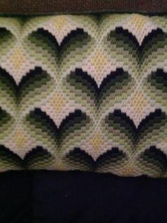 Un cuscino di Mezzopunto handmade del bargello in bella tonalità di verde e giallo. Il cuscino è sostenuto in un delizioso velluto verde con self-cordoncino di corrispondenza. Il cuscino misura 14 x 8,5. È un cuscino di accento di uno-di-un-tipo. Esso migliorerà divano, sedia, rocker.