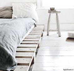 """Jäsenen """"Kati2014"""" kuormalavasänky ja yöpöytä sopivat hauskasti yhteen. :) #styleroom #inspiroivakoti #makuuhuone #kuormalava"""