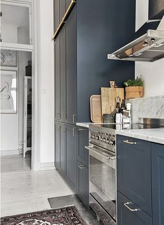 Kitchen Chandelier: See How to Choose Apart from Amazing Inspirations - Home Fashion Trend Navy Kitchen, Grey Kitchen Cabinets, Kitchen Dinning, Kitchen Decor, Mens Kitchen, Blue Cabinets, Kitchen Units, Wooden Cabinets, Kitchen Styling