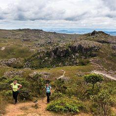 Sabe aquela última subida mais íngreme pra chegar no destino? Essa foto resume bem o final da trilha para o Pico do Itacolomi no Parque Estadual do Itacolomi perto de Ouro Preto em Minas Gerais  Parque Estadual do Itacolomi - Minas Gerais #NerdsNoItacolomi #NerdsEmMG #BlogueirosPorMinas #TurismoMG