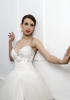 HAPPINESS » Wedding Dresses » Bien Savvy 2012 Collection » Bien Savvy (close up)