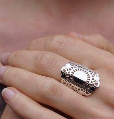 Ring 'Plat Zeeuws' ® - De ruimtelijke driedimensionale Zeeuws knoop ontvouwt zich tot een gestileerd kantwerk in het platte vlak.~ Marielle Overdulve