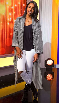 Kelly Rowland in a duster coat, black top, white ripped jeans and black booties - click through for more summer outfit ideas Celebrity Style Casual, Celebrity Style Inspiration, Mode Inspiration, High Street Fashion, Street Style, Fall Outfits, Casual Outfits, Cute Outfits, Fashion Outfits