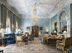 Savonnerie rugs can be stunning Manhattan apartment designed by Albert Pinto Gold Interior, French Interior, Classic Interior, Best Interior, Luxury Interior, Luxury Decor, Manhattan Apartment, Top Interior Designers, Winter House