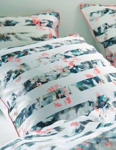 Zauberhafte Kissenhülle »Maci« aus dem Hause Esprit Home. Das Design dieser Kissenhülle bezaubert uns mit einem originellem Muster - die Streifen auf der Vorderseite setzen sich aus floralen Elementen zusammen, die Wendeseite ist komplett in Weiß gehalten. Das Außenmaterial wird aus 100% Baumwolle gefertigt, ist mit einem Reißverschluss und pflegeleichten Eigenschaften versehen. Kombinieren Sie...