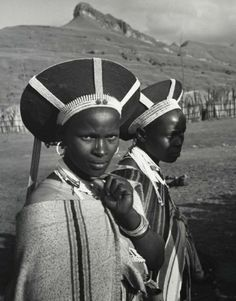 Zulu women of the Ngwane tribe, Drakensberg mountain area, Kwa-Zulu Natal, South Africa. African Tribes, African Women, African Art, African Culture, African American History, Afro, Zulu Women, African Royalty, People Of The World