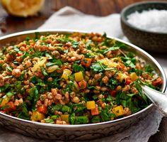 Tabbouleh är en uppskattad rätt från Mellanöstern som kan kombineras med det mesta. Denna svenska version med rotfrukter och matvete har tagits fram av våra kockar på temat klimatsmart mat. Underbart vegetariskt alternativ som passar utmärkt på middags- eller buffébordet.