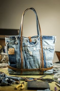 Large Hobo denim bag made from recycled jeans, Trend 2019 Denim Tote Bags, Denim Purse, Jeans Denim, Old Jeans, Blue Jean Purses, Denim Crafts, Recycle Jeans, Boho Bags, Recycled Denim