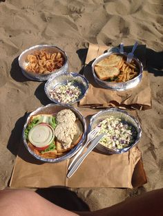 """Nas praias em LA não tem vendedores ambulantes, barracas nem quiosques, mas nos levamos nosso proprio piquenique, que no Rio seria considerado """"farofada"""" mas aqui é bem legal. Sem comer é que a gente não fica!"""