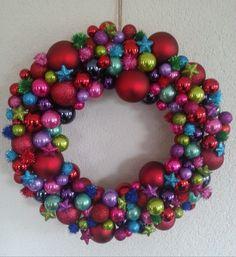 Kerstballenkrans. Gemaakt van een grote strokrans van de Welkoop en kerstballen van o.a. Action, Wibra en Xenos.