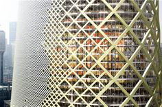 """La tour est entièrement recouverte d'une """"peau extérieure"""" ou """"résille"""" en béton aux multiples performances : orientée en fonction de l'ensoleillement, du vent et du climat, elle est plus ou moins ajourée, permettant de chauffer au nord et de servir de pare-soleil au sud. Image © Jacques Ferrier Architecte"""