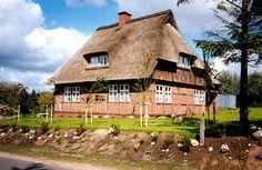 Großes Fachwerkhaus mit Reetdach. Reetdacheindeckung durch Albers Reetbedachungen in Egestorf (21272) | Dachdecker.com