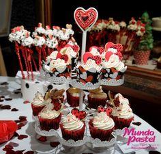 Cupcakes corazón en mesa romántica