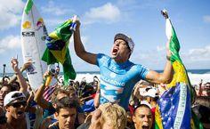 Com ajuda de Medina, Mineirinho é campeão mundial de surfe - 17/12/2015 - Esporte - Folha de S.Paulo