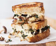 Sándwich de champiñones, queso y kale. Hemos recopilado las recetas de los sándwiches rápidos que más nos gustan... ¡no solo están buenísimos sino que también son saludables! | Conkansei.com
