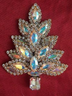 Iridescent stones shimmer and are each surrounded with clear crystals. The base of the tree is a large clear stone. This pin measures 3 x 2 It is a gorgeous addition to any collection. Christmas Tree Costume, Jewelry Christmas Tree, Xmas Tree, Antique Jewelry, Vintage Jewelry, Aurora Borealis, Button Art, Rhinestone Jewelry, Berg