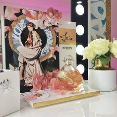 A mais recente novidade Sisley é perfumada e conta com a imagem e participação de uma sobrinha da família D'Ornano como rosto da fragrância Izia um floral especiado muito elegante. Quentin Jones desenvolveu os visuais artísticos da campanha publicitária.  Leia mais em Vogue.pt e nas páginas de Beleza da @vogueportugal. // via @susanapchaves #perfume #izia #sisleyparis #cninow #beautyairlines #vogueportugal  via VOGUE PORTUGAL MAGAZINE OFFICIAL INSTAGRAM - Fashion Campaigns  Haute Couture…