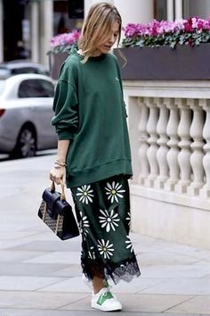 22 Photos of Hoodie Street Style Street Style 2018, Looks Street Style, Spring Summer Fashion, Spring Outfits, Casual Outfits, Fashion Outfits, Fashion Trends, Moda Fashion, Womens Fashion