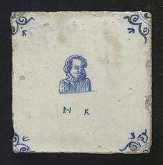 tegel van aardewerk met tinglazuur voorstellende een portretbuste van een man met daaronder de initialen H.K., ca. 1640-1660