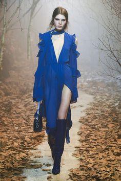 """Après plusieurs collections de """"easy luxury"""", Virgil Abloh développe sa marque de """"Street wear"""" à """"Couture"""", à l'orée d'un beau succès. Off-White sort du bois. Focus: Paris, fashion week, défilé, catwalk, woods, bois, longue roble fluide bleu fendues, décolleté, bottes en cuir bleues"""