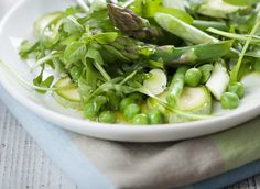 Enjoy the fresh flavors of spring when you sink your teeth into this asparagus and pea salad! Courgette And Lime Cake, Carrots And Green Beans, Salad Recipes, Healthy Recipes, Root Veggies, Pea Salad, Eat Seasonal, Greens Recipe, Eating Clean