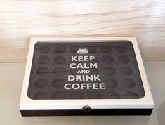 """Caixa porta cápsulas de café DOLCE GUSTO tamanho grande. Capacidade para 30 cápsulas de café. Tampa com vidro.    Mais uma da série """"KEEP CALM"""" !  Dessa vez para os amantes de um bom café!   """"Keep Calm and Drink Coffee""""  Uma caixa maravilhosa para acompanhar um delicioso café DOLCE GUSTO. E deixa..."""