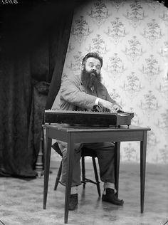 B1121 | Pasi Jääskeläinen soittaa kannelta. 1901 Kuopio Phot… | Flickr