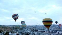 """A Capadócia fica na Anatólia Central, região de formações geológicas curiosas bem no meio da Turquia. Fica a 700 km de Istambul, a cidade mais famosa do país, onde Oriente e Ocidente estão presentes em todos detalhes. O voo até lá leva cerca de uma hora, mais uma hora de transfer até Göreme ou 12...<br /><a class=""""more-link"""" href=""""https://catracalivre.com.br/geral/viagem-acessivel/indicacao/passeio-de-balao-na-capadocia-brincadeira-de-crianca-para-adultos/"""">Continue lendo »</a>"""