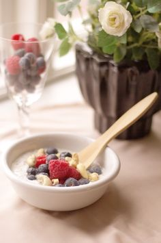 Amazing and easy recipe for breakfast bowl with crunchy nuts, honey, fresh fruit and yoghurt. Glutenfree and fermented - super easy to digest energy boost Breakfast Bowls, Breakfast Recipes, Fresh Fruit, Gluten Free Recipes, Free Food, Glutenfree, Acai Bowl, Super Easy, Easy Meals