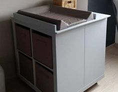 Un meuble à langer avec du rangement