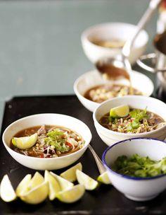 Pho-keitossa mausteet ratkaisevat! Kaneli, neilikka, soija- ja kalakastike tuovat lihaliemeen makua. Nuudelit ja liha tekevät sopasta täyttävän. Katso resepti ja kokeile!