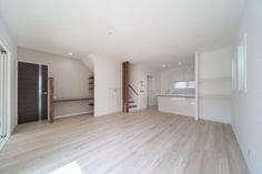 落ち着いたホワイト色の床材、Dフロア「チェスナット」に、化粧柱や可動棚のリボス塗装「ローズウッド」がきれい。 Decorative Panels, Wood Grain, Tile Floor, Living Room, Interior, Outdoor Decor, Kitchen, House, Furniture