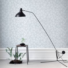 The wallpaper Rost Ljus Rosa - from Sandberg is wallpaper with the dimensions m x m. The wallpaper Rost Ljus Rosa - belongs to the popul Grey Wallpaper, Home Wallpaper, Flower Wallpaper, Henry Green, Desk Lamp, Table Lamp, Floor Ceiling, Blue Color Schemes, Interiors