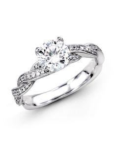 me gusta de este anillo, el enlacé que se forma para llegar a la piedra. muy hermoso.