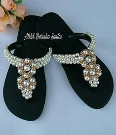 Lurdes Flip Flop Craft, Shoe Makeover, Decorating Flip Flops, Handmade Statement Necklace, Lace Jeans, Beaded Shoes, Jeweled Sandals, Bling Shoes, Decorated Shoes